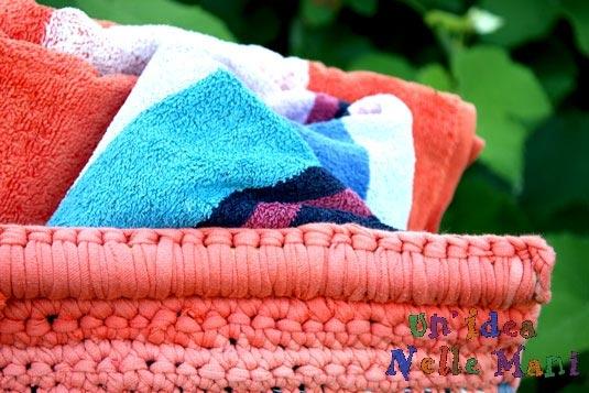 Originale borsa mare in tessuto gommoso bamboo con lavorazioni ad uncinetto in filo riciclato da vecchie t-shirt