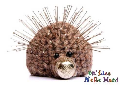 Puntaspilli realizzato a crochet a forma di riccio