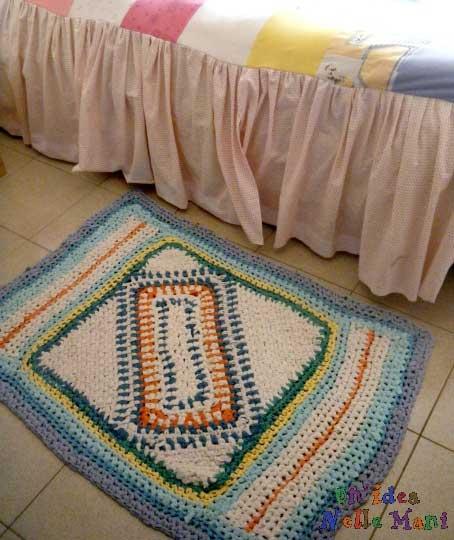 tappeto all'uncinetto, tappeto con la fettuccia, filo ricavato dalle magliette, riciclo magliette,