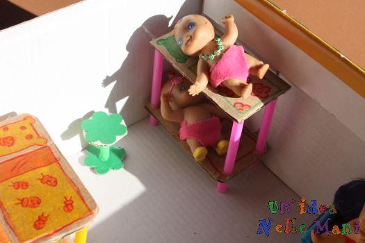 casa delle bambole faidate con riciclo scatola di cartone e cannucce