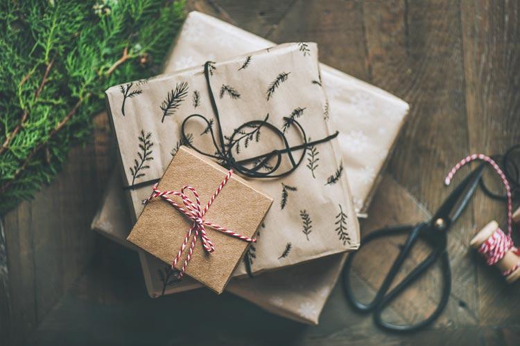 Idee Pacco Regalo Natale.Come E Cosa Usare Per Incartare I Regali 12 Idee Per Essere