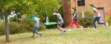 Gioco a squadre da fare all'aperto: la gara dei barellini