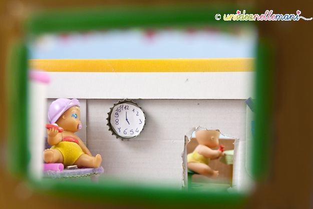 orologio per la casa delle bambole, riciclo tappi bottiglia,
