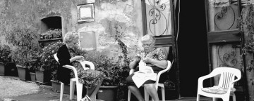 old women knitting, nonne sul borgo, donne che fanno la maglia,