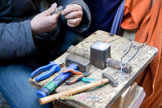mercatini hobbisti, banchetto mercatino, lavorazione bijoux, artigiano,