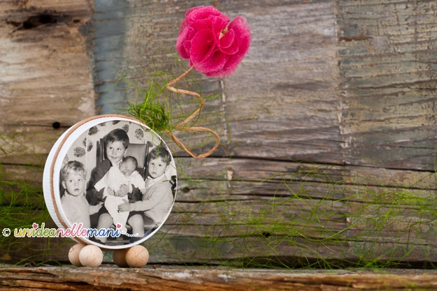 portafoto fai da te, portafoto festa della mamma, lavoretti festa della mamma, regalo festa della mamma, portafoto materiale riciclo, riciclo tappi nutella, tappo nutella,
