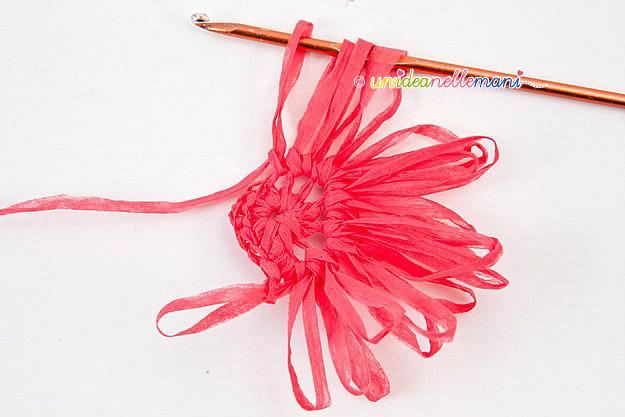 petali fiori uncinetto, fiori uncinetto, schema fiori uncinetto, tutorial fiori, fiori con i petali, uncinetto, lavorazione in tondo,