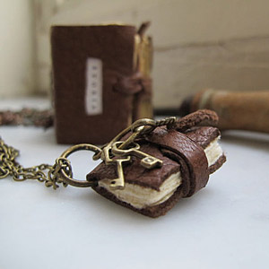 mini book, collana fatta a mano, collana artigianale, ciondolo in pelle,