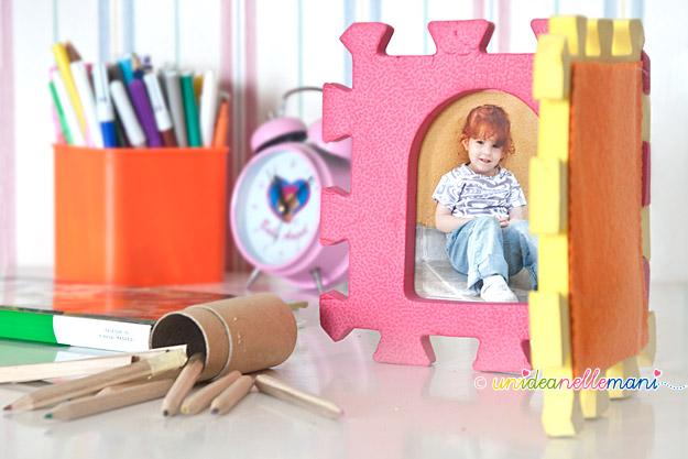 portafoto fai da te, portafoto per la cameretta, portafoto con materiali di riciclo, portafotografie per bambini, riciclo giochi per bambini, mattonelle gomma puzzle,