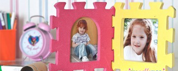 cornice fai da te, portafoto fai da te, portafoto per la cameretta, portafoto con materiali di riciclo, portafotografie per bambini, riciclo giochi per bambini, mattonelle gomma puzzle,