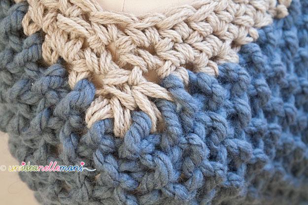 poncho coprispalle a maglia fatto ai ferri a grana di riso con le frange