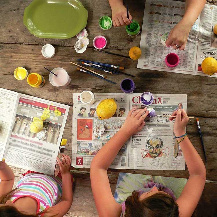 bambini che fanno lavoretti creativi