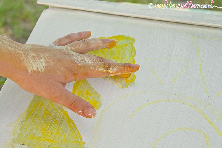 colore con le mani