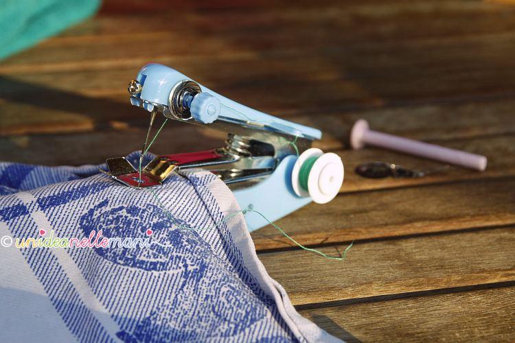 mini macchina per cucire tascabile funziona