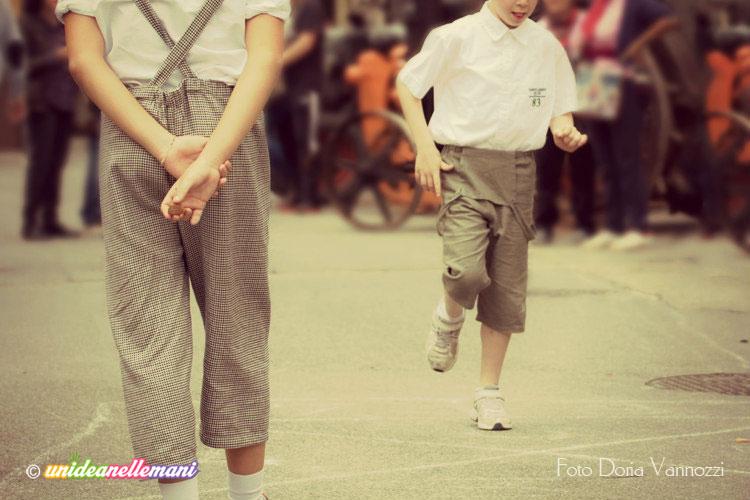 bambini-abiti-vintage-giocano-a-campana  bfbacb2d89e