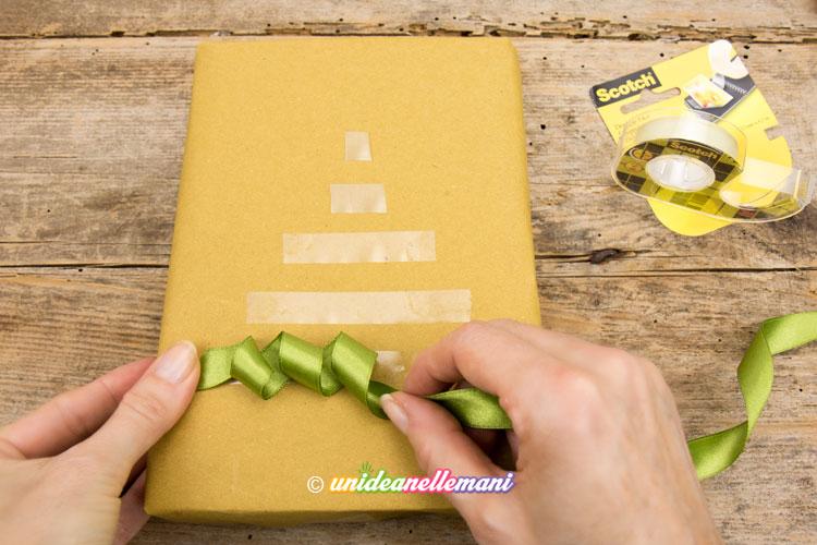 pacchetto-decorato-con-nastro