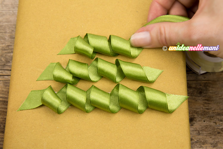 pacchetto-decorato-con-tre-nastri