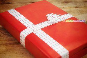 pacchetto-regalo-con-chiudipacco-natalizio-fai-da-te-a-nastro