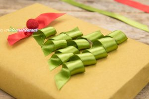 pacco regalo con nastri, nastro su un pacco regalo