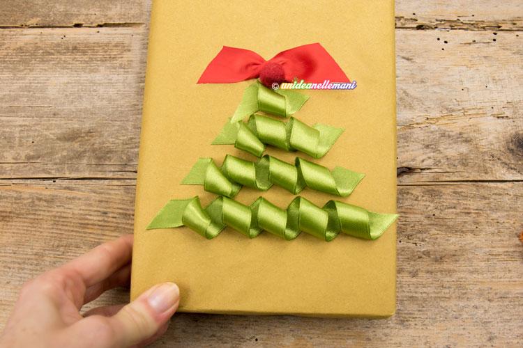 pacchetto-regalo-decorato-con-nastri