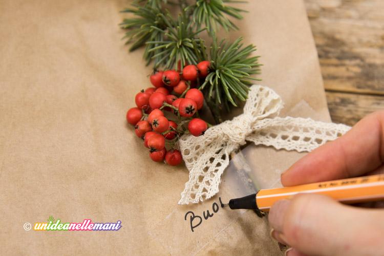 pacchetto-regalo-con-rametto-e-nastro-adesivo-scrivibile