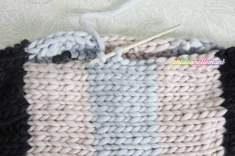 Poi ho cucito le parti in nero sui fianchi e ho rifinito il bordo degli  scalfi manica con un giro ad uncinetto a maglia bassa con i colori  corrispondenti ... 6e2f39d9b953