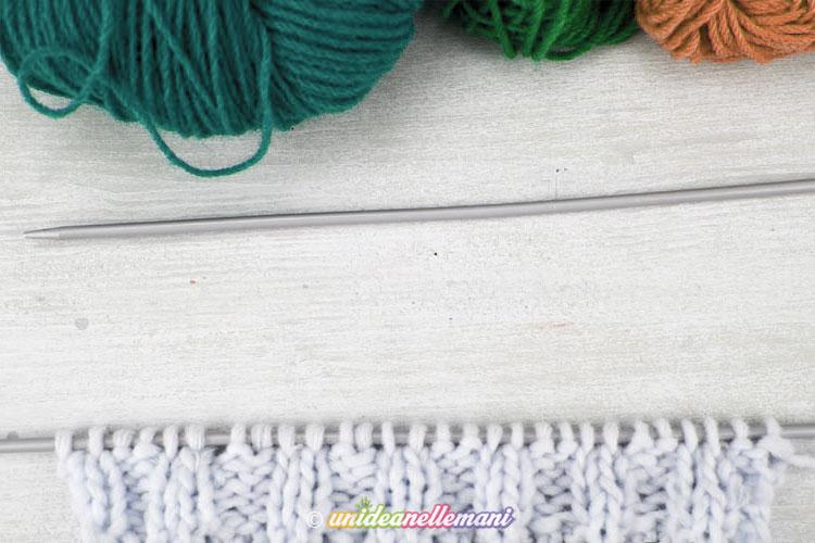 Per prima cosa ho montato sul ferro tante maglie quante ne servono per  sviluppare la base del rettangolo e ho lavorato un bordo di circa 5 cm a  maglia coste ... bcd7a8ef3875